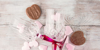 2 запрудили стекла с сердцами и шоколадом знамена Стоковые Фотографии RF
