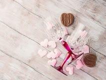 2 запрудили стекла с сердцами и шоколадом Стоковое фото RF