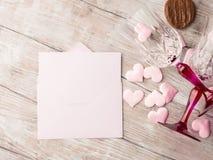 2 запрудили стекла с сердцами и шоколадом Стоковое Изображение