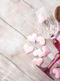 2 запрудили стекла с сердцами и шоколадом Стоковая Фотография