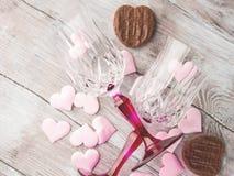 2 запрудили стекла с сердцами и шоколадом Стоковая Фотография RF