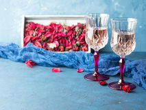 2 запрудили стекла с шампанским на сини Стоковая Фотография