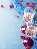 2 запрудили стекла с шампанским на сини Стоковые Фотографии RF