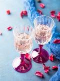 2 запрудили стекла с шампанским на сини Стоковое Фото
