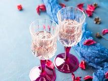 2 запрудили стекла с шампанским на сини Стоковое фото RF