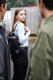Запуганное чувство девочка-подростка по мере того как она идет домой Стоковая Фотография