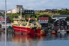 Запускать красного корабля в порте Torshavn к Фарерским островам Стоковые Изображения RF