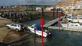 Запускающ маленькую лодку - Дорсет - Англию видеоматериал