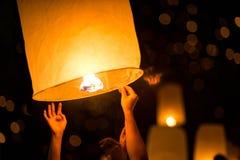 Запуская фонарик неба горячего воздуха стоковое изображение