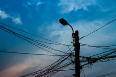 Запутайте кабель и столб электричества на предпосылке захода солнца стоковое фото rf
