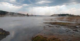 Запутанная заводь опорожняя в горячий горячий источник озера в более низком тазе гейзера в национальном парке Йеллоустона в Вайом Стоковые Изображения