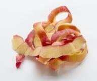 Запутанные шелушения яблока кладя на белую предпосылку стоковое фото rf
