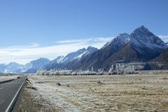 Запыленное снегом шоссе горы стоковая фотография rf