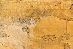 Запятнанный, текстурированный, пожелтейте покрашенную бетонную стену Стоковые Фотографии RF