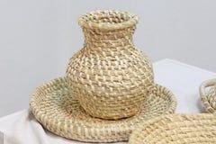 Заплетение посуды соломы - кувшина и плиты Стоковое Фото