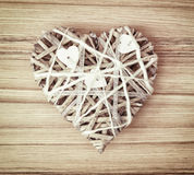 Заплетенное декоративное сердце валентинки на деревянной предпосылке Стоковая Фотография RF
