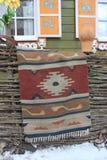 Заплетенный половик на загородке стоковые изображения