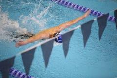 заплывание бассеина бабочки мальчика Стоковые Фотографии RF