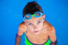 заплывание бассеина 5 мальчиков Стоковые Изображения