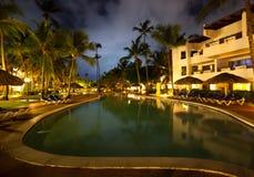 заплывание бассеина ночи гостиницы Стоковая Фотография RF
