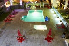 заплывание бассеина ночи гостиницы Стоковые Изображения RF