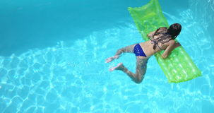 Заплывание брюнет с lilo сток-видео