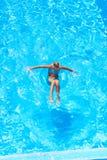 Заплывание девушки в бассеине Стоковое фото RF