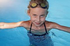 Заплывание девушки в бассейне Стоковые Фото