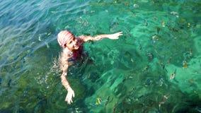Заплывание девушки в море Стоковая Фотография RF