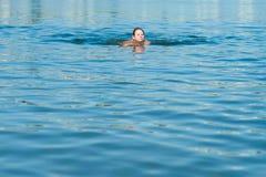 Заплывание девушки в реке Стоковая Фотография