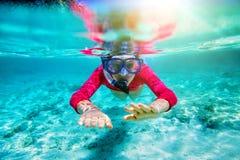 заплывание девушки подводное Стоковые Фото