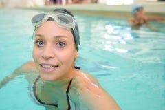 Заплывание женщины в бассеине стоковые фотографии rf