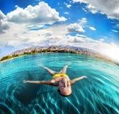 Заплывание женщины в озере горы стоковые изображения rf
