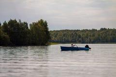 Заплывание женщины в шлюпке Стоковые Изображения
