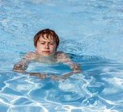 Заплывание мальчика в бассейне Стоковое фото RF