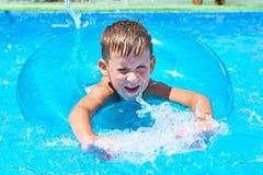 Заплывание мальчика в бассейн Стоковая Фотография RF