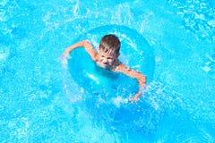 Заплывание мальчика в бассейн Стоковое фото RF