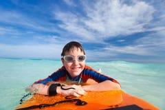 Заплывание мальчика на доске буг Стоковая Фотография RF