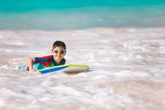 Заплывание мальчика на доске буг Стоковое фото RF