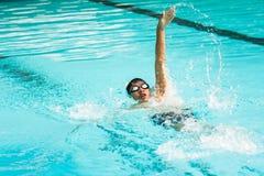 Заплывание молодого человека в плавании на спине Стоковая Фотография