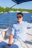 Заплывание молодого человека и отдыхать на его яхте на Стоковое Изображение RF