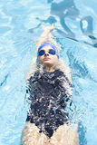 Заплывание молодой женщины в бассейне стоковые изображения rf