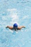 Заплывание молодой женщины в бассейне стоковое изображение