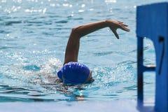 Заплывание молодой женщины в бассейне стоковые фотографии rf