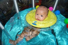 Заплывание младенца стоковая фотография rf