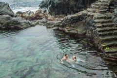 Заплывание отца и дочери в естественном бассейне Charco De Ла Laja Стоковые Изображения RF