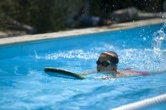 Заплывание практики мальчика Стоковые Изображения RF