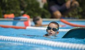 Заплывание практики мальчика Стоковое фото RF