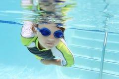 Заплывание ребенка в бассейне подводном Стоковая Фотография