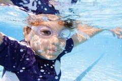 Заплывание ребенка в бассейне подводном Стоковые Изображения RF